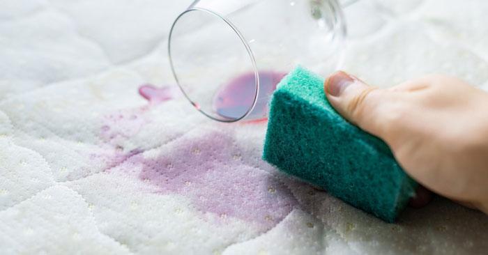 rimuovere macchie materasso